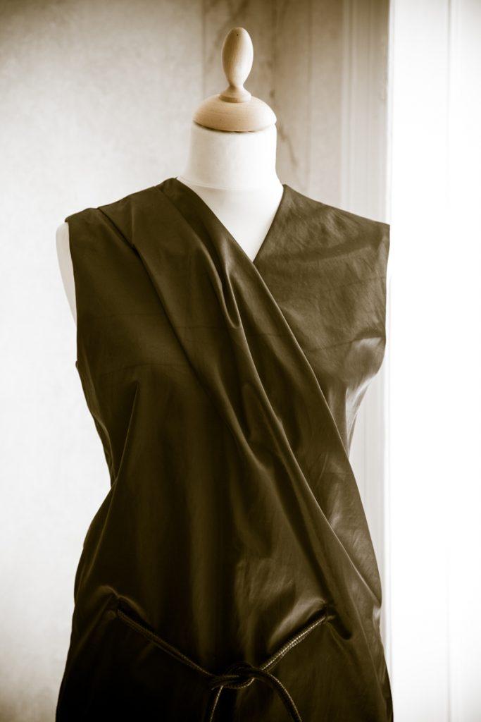 Olivgrünes Kleid auf Schneiderpuppe
